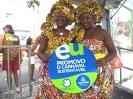 Integrantes do Ilê Aiyê posam com marca do Carnaval Sustentável